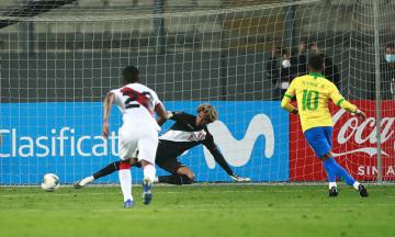 Brazilský fotbalista Neymar (vpravo) dává gól do sítě Peru.