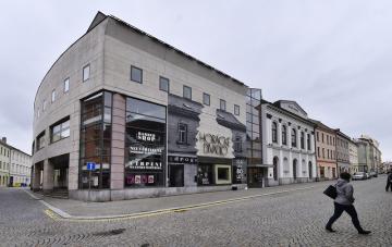 Horácké divadlo Jihlava nechalo 15. října 2020 svoji budovu polepit fotokopií drogerie v autentických rozměrech stávající dřív na místě divadla.