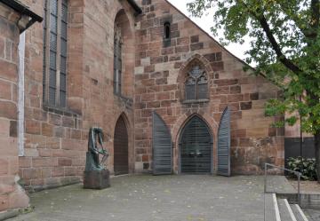 Kostel svaté Kláry v Norimberku, 22. října 2020. V kostele mají dávkovač na svěcenou vodu, protože kvůli pandemii nemoci covid-19 bylo v Německo z hygienických důvodů zakázáno používání kropenek.