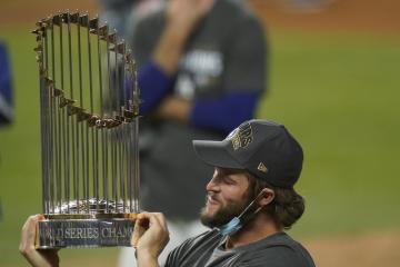 Nadhazovač Los Angeles Dodgers Clayton Kershaw s trofejí pro vítěze Světové série.