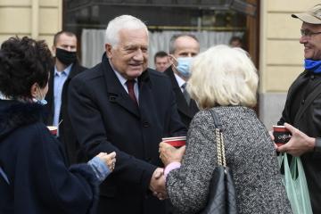 Bývalý prezident Václav Klaus hovoří s lidmi, poté co položil 28. října 2020 květiny u pamětní desky na Obecním domě v Praze u příležitosti státního svátku k výročí vzniku Československa.