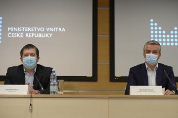 Zleva ministr vnitra Jan Hamáček (ČSSD) a generální ředitel České pošty Roman Knap vystoupili 26. listopadu 2020 v Praze na tiskové konferenci po jednání o plánovaném propouštění ve státním podniku.