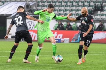 Fotbalista Wolfsburgu Wout Weghorst (uprostřed) a Marco Friedl (vlevo) a Oemer Toprak z Brém v utkání 9. kola německé ligy.