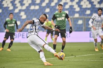 Fotbalista Interu Arturo Vidal střílí gól v utkání 9. kola italské ligy se Sassuolem.