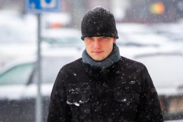 U Okresního soudu v Trutnově pokračovalo 3. prosince 2020 hlavní líčení s řidičem Vojtěchem Chaurou, který podle obžaloby způsobil loni v září dopravní nehodu u Špindlerova Mlýna. V protijedoucím vozidle zemřel zástupce ředitele Vojenského zpravodajství Milan Jakubů. Na snímku obžalovaný Vojtěch Chaura přichází k soudnímu líčení.