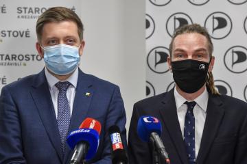 Ilustrační foto - Předseda hnutí Starostové a nezávislí (STAN) Vít Rakušan (vlevo) a předseda Pirátů Ivan Bartoš vystoupili 7. prosince 2020 v Praze na tiskové konferenci k vývoji jednání o společném postupu do sněmovních voleb 2021.