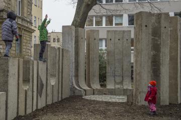 Technická univerzita v Liberci 10. prosince 2020 znovuodhalila obnovený památník Prostor k poctě architekta Adolfa Loose od sochaře Jiřího Seiferta. Výtvarné dílo z 80. let nechala odstranit před deseti lety kvůli špatnému stavu, teď se po zrestaurování vrátil na místo ve Voroněžské ulici.