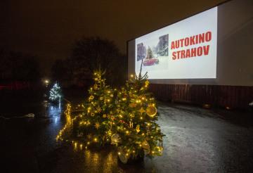 V pražském Autokině Strahov uvedli 23. prosince 2020 vánočně laděnou komedii Láska nebeská. Promítání bylo spojené s dražbou vánočních stromků, kterou vyvrcholila dobročinná sbírka pro dětské domovy.