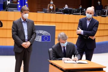 Závěrečné plenární zasedání EP v roce 2020: příjetí a podpis víceletého finančního rámce EU na léta 2021–2027