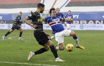 Fotbalista Interu Milán Achraf Hakimi Mouh (vlevo) a hráč Sampdorie Janov Tommaso Augello.