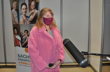 V saském městě Riesa začalo 11. ledna 2021 fungovat očkovací středisko. Na snímku je saská ministryně sociálních věcí Petra Köppingová, která prohlásila, že Sasko chce ve svých centrech očkovat sedm dní v týdnu.