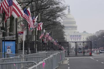Přípravy na ulici Pennsylvania Avenue ve Washingtonu na inauguraci zvoleného amerického prezidenta Joea Bidena na snímku z 15. ledna 2021. V pozadí je budova Kapitolu.
