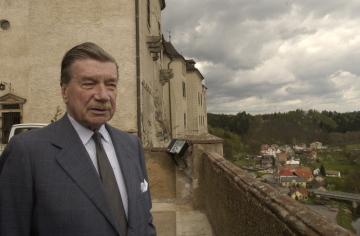 Zdeněk Sternberg na snímeku z 29. dubna 2002 při natáčení televizního dokumentu o české šlechtě na hradě Český Šternberk.