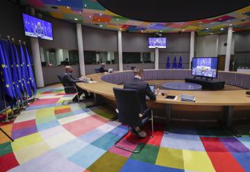 Předseda Evropské rady Charles Michel (vlevo) v jednacím sálu EU v Bruselu během videokonference lídrů zemí unie, 21. ledna 2021.