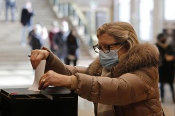 Žena v Lisabonu vhazuje 24. ledna 2021 do volební urny hlasovací lístek z prezidentských voleb v Portugalsku.