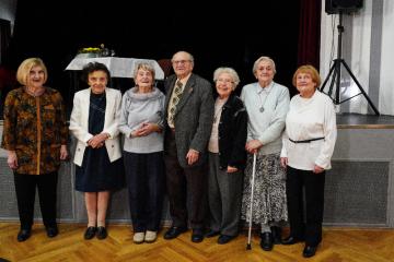 Nejstarší student Centra celoživotního vzdělávání v Praze (CVV) Jaromír Lisý (uprostřed na archivním snímu) dnes oslavil své 100. narozeniny.