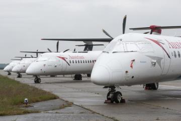 Odstavená letadla Austrian parkují 15. května 2020 na letišti v Bratislavě. Část bratislavského mezinárodního letiště se po utlumení letecké dopravy kvůli pandemii nemoci covid-19 proměnila v parkoviště zahraničních letadel. Letiště tímto způsobem částečně kompenzuje ztráty po přerušení běžné letecké dopravy.
