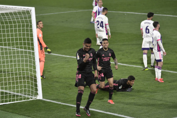 Fotbalista Realu Madrid Casemiro se raduje ze svého gólu, který dal Valladolidu.