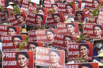 Demonstranti s portréty svržené barmské vůdkyně Do Aun Schan Su Ťij protestují 21. února 2021 v ulicích města Mandalay proti vojenskému převratu.