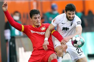 Fotbalista Leverkusenu Patrik Schick (vlevo) a Daniel Caligiuri z Augsburgu.