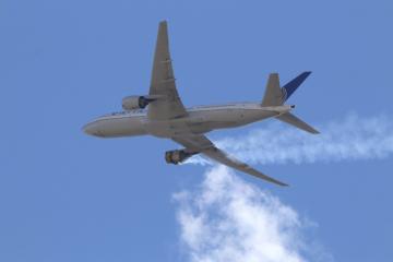 Hořící pravý motor letounu Boeing 777 společnosti United Airlines na snímku z 20. února 2021.