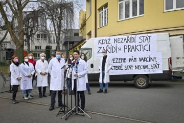 Místopředseda sdružení Mladí praktici Vojtěch Mucha hovoří 22. února 2021 v Praze při setkání s novináři. Sdružení, k němuž se hlásí zhruba 500 praktických lékařů, kritizuje to, že oficiální distribuce vakcín proti covidu-19 do ordinací praktických lékařů začne až v březnu. Podle nich nyní vakcíny zbytečně leží nevyužité ve skladech. Stovky praktických lékařů jsou přitom ochotné vakcíny samy distribuovat.