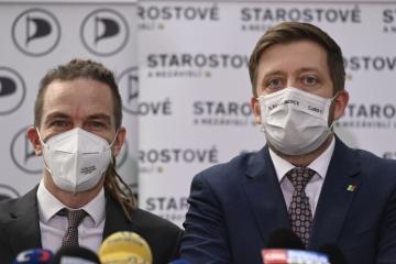 Zleva předseda Pirátů Ivan Bartoš a předseda hnutí Starostové a nezávislí (STAN) Vít Rakušan 23. února 2021 v Praze vystoupili na briefingu po jednání zástupců vlády s opozicí.