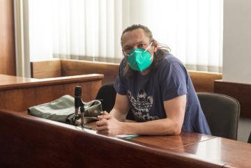 Obžalovaný Martin Konopásek v jednací síni Okresního soudu v Ústí nad Labem, kde 25. února 2021 začalo jednání v jeho případu. Muži z dokumentu V síti o zneužívání dětí na internetu hrozí až pět let vězení za zneužití dítěte k výrobě pornografie.