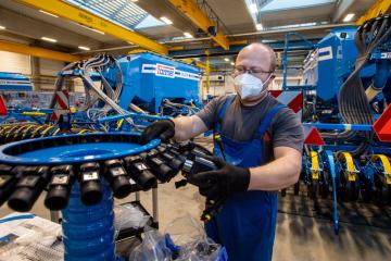 Výrobce zemědělských strojů Farmet Česká Skalice začal 1. března 2021 testovat zaměstnance antigenními testy na covid-19. Od stejného dne zaměstnanci pracují s respirátory na obličeji.