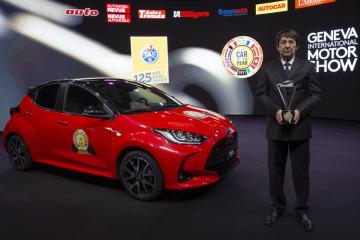 Evropské Auto roku 2020 Toyota Yaris. Vpravo je prezident poroty Frank Janssen s trofejí pro vítěze.