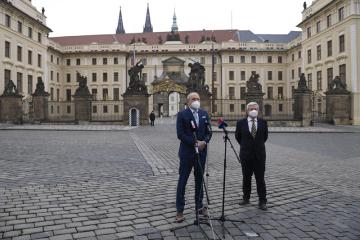 Předseda hnutí Trikolóra Václav Klaus mladší (vlevo) a právník Zdeněk Koudelka hovoří s novináři po jednání s prezidentem Milošem Zemanem 3. března 2021 na Pražském hradě.
