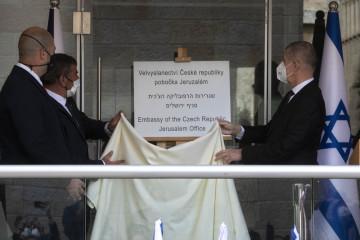 Zprava český premiér Andrej Babiš, izraelský ministr zahraničí Gabi Ashkenazi a ministr veřejné bezpečnosti Amir Ohana při otevření nové úřadovny českého velvyslanectví v Jeruzalémě, 11. března 2021.