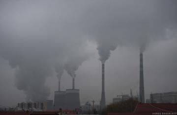 Poslanci požadují, aby se už v roce 2023 vztahovala pravidla pro zpoplatnění emisí uhlíku na dovoz některých výrobků z ekologicky laxních zemí na odvětví energetiky a energeticky náročná průmyslová odvětví.