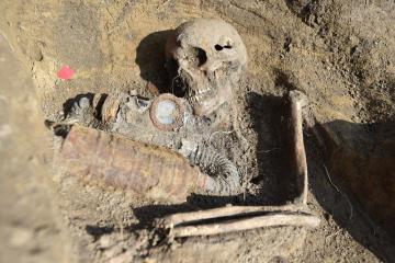 Archeolog Libor Kalčík z břeclavského muzea vyzvedával 25. března 2021 ostatky ruského vojáka z druhé světové války, nalezené v Kosticích na Břeclavsku.