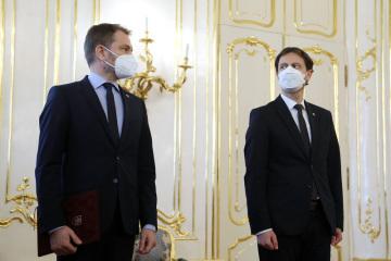 Dosavadní slovenský premiér Igor Matovič (vlevo) a jeho nástupce Eduard Heger (vpravo) navštívili 30. března 2021 v Bratislavě prezidentku Zuzanu Čaputovou, která přijala Matovičovu demisi a dosavadního ministra financí Hegera pověřila sestavením nové vlády.