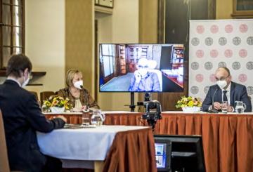 O zdraví a zdravotnictví debatovali přímo v sále Karolina lékaři Martin Balík (vpravo) a Hana Roháčová, virtuálně se připojil ministr zdravotnictví Jan Blatný (na obrazovce uprostřed).
