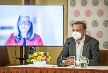 Biochemik Jan Konvalinka míní, že epidemie v létě vymizí- Řekl to v panelu o vědě, kterého se zúčastnila mimo jiné i Dagmar Dzúrová z Katedry sociální geografie a regionálního rozvoje PřF UK.