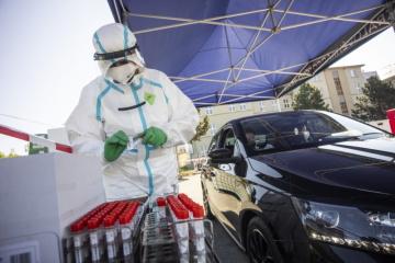 Bezplatné rychlotesty nabídla ŠKODA AUTO svým zaměstnancům už loni na podzim. Od letošního března v souladu s vládním nařízením testovací kapacity významně rozšířila.