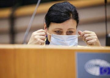 Místopředsedkyně Evropské komise Věra Jourová si nasazuje ochrannou roušku před projevem na plénu Evropského parlamentu