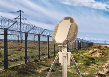 Radar ReGUARD společnosti RETIA je víceúčelový 3D radar pro detekci a současné sledování pozemních cílů a pomalých nízkoletících cílů s malou odraznou plochou.