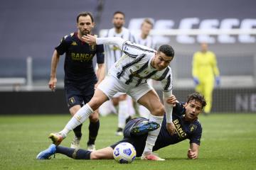 Fotbalista Juventusu Cristiano Ronaldo (vpředu) a Ivan Radovanovič z Fc Janov v utkání 30. kola italské ligy.