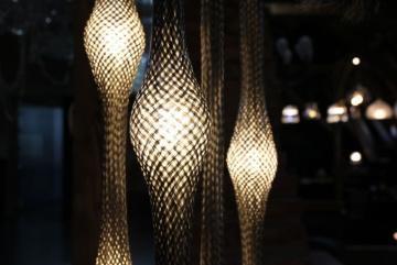 Světelnou instalaci Zlatý déšť navrhl kreativní ředitel Lasvitu Maxim Velčovský. Umělecky ztvárňuje výrobu vody ze vzduchu.