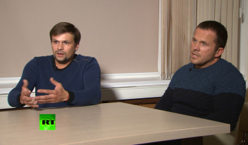 Ruští agenti Alexandr Miškin a Anatolij Čepigov na snímku z 13. září 2018 při rozhovoru v ruské televizi RT.