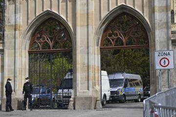 Policisté hlídkují 22. dubna 2021 před ruským velvyslanectvím v Praze.