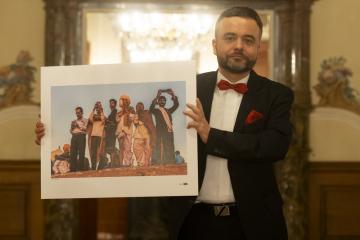 Hlavní cenu za nejlepší cestovatelskou fotografii získal 22. dubna 2021 při udílení Ceny Hanzelky a Zikmunda na zámku v Dobříši snímek Petra Kleinera (na snímku) s názvem Mobilní Indie.