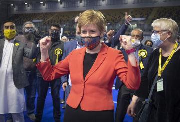 Předsedkyně Skotské národní strany (SNP) Nicola Sturgeonová během sčítání hlasů ze skotských parlamentních voleb v Glasgow, 7. května 2021.