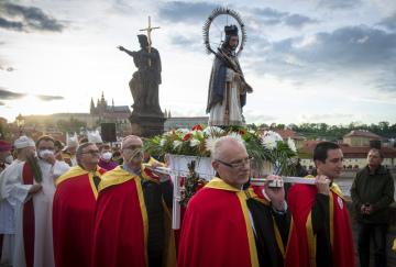 Svatojánské procesí prošlo 15. května 2021 v Praze přes Karlův most ke kostelu křižovníků na Starém městě v rámci 13. ročníku Svatojánských slavností Navalis.