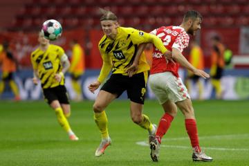 Fotbalista Dortmundu  Erling Haaland (uprostřed) a Alexander Hack z Mohuče.