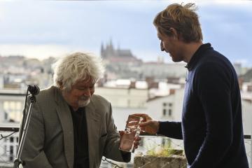 Někdejší premiér Petr Pithart převzal 18. května 2021 v Praze cenu za celoživotní boj proti korupci. Ocenění mu předal předseda správní rady a zakladatel Nadačního fondu proti korupci (NFPK) Karel Janeček (vpravo).