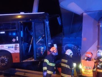 Jedenáct lidí se v noci na 1. června 2021 v Brně zranilo při havárii autobusu městské hromadné dopravy, který narazil do sloupu veřejného osvětlení. Tři lidé se zranili těžce.Nehoda se stala v městské části Komín v Kníničské ulici nedaleko komínské vozovny.